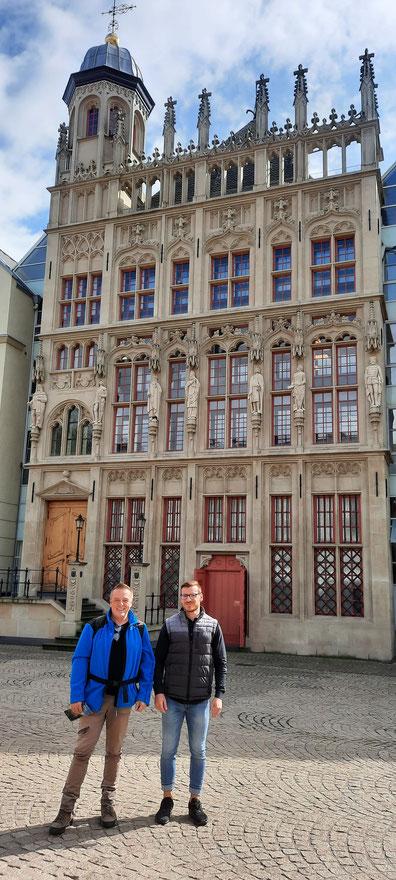 Eike Schulz vom Weselmarketing und Matthias Berns vor dem Rathaus der Stadt Wesel