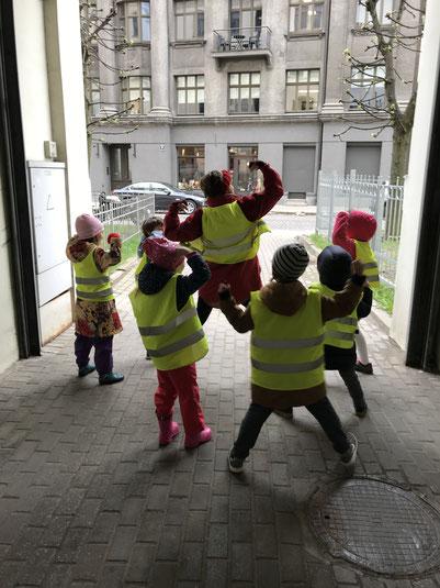 Spaziergang mit den Kindern der deutschen Schule