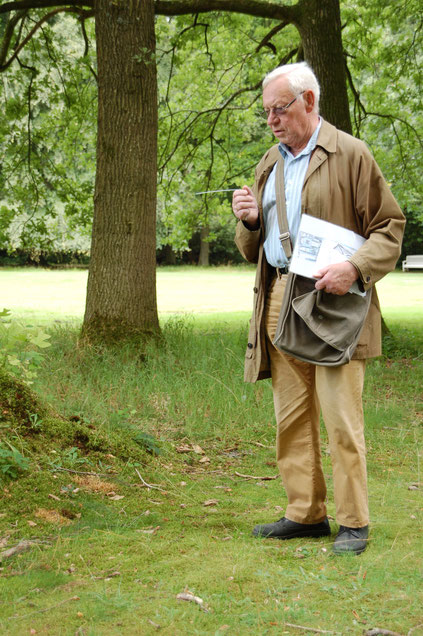 Gartenarchitekt Antonius Bösterling demonstriert mithilfe einer Wünschelrute geeignete bzw. ungeeignete Standorte für Pflanzen  (© Ina Homfeld)