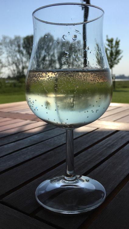ein kühles Glas Wein auf dem Terrassentisch