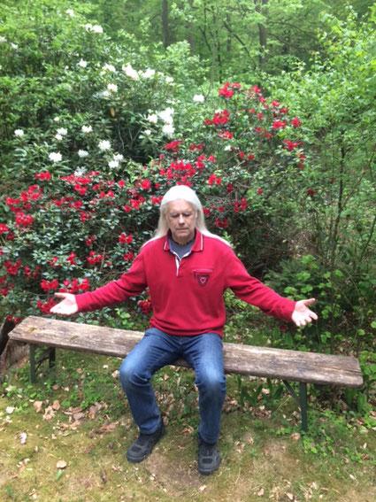 Avinash na segunda fase da Nadabrahma, no jardim do centro de arte e meditação Osho Mani, que fica na reserva florestal de Iddensen, norte da Alemanha, em 16 de maio de 2020.
