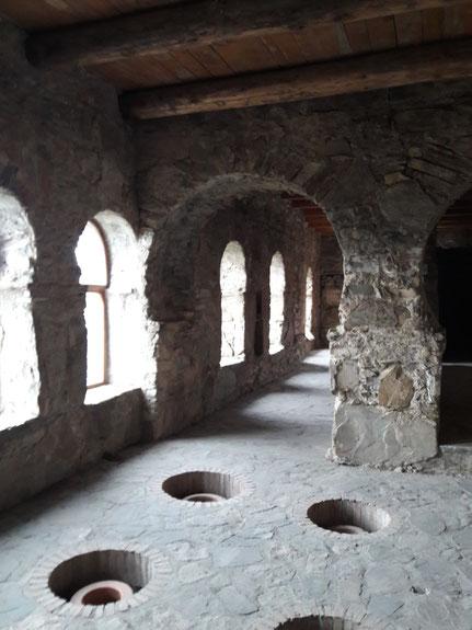 Qvevri enterrés dans une ancienne abbaye en Kakhétie, en Géorgie