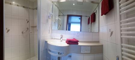 Neues Badezimmer in allen Zimmern, außer Economy