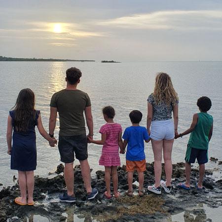 Zes kinderen, groot gezin, adoptiekinderen, biologische kinderen, open adoptie