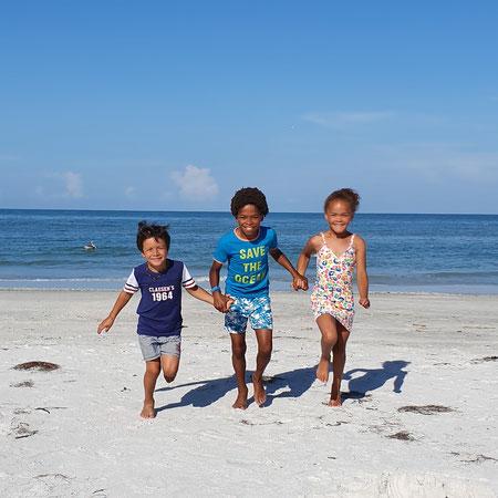 3 kinderen op het strand