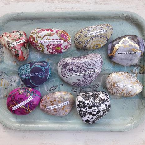 Durch das bunte Papier und den individuellen Spruch ist jeder Stein ein kleines Kunstwerk