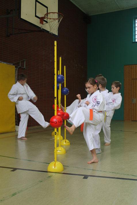 Kinder des Shotokan Karate Stade e. V. üben an Stangen mit Schaumstoffbällen Soundkarate