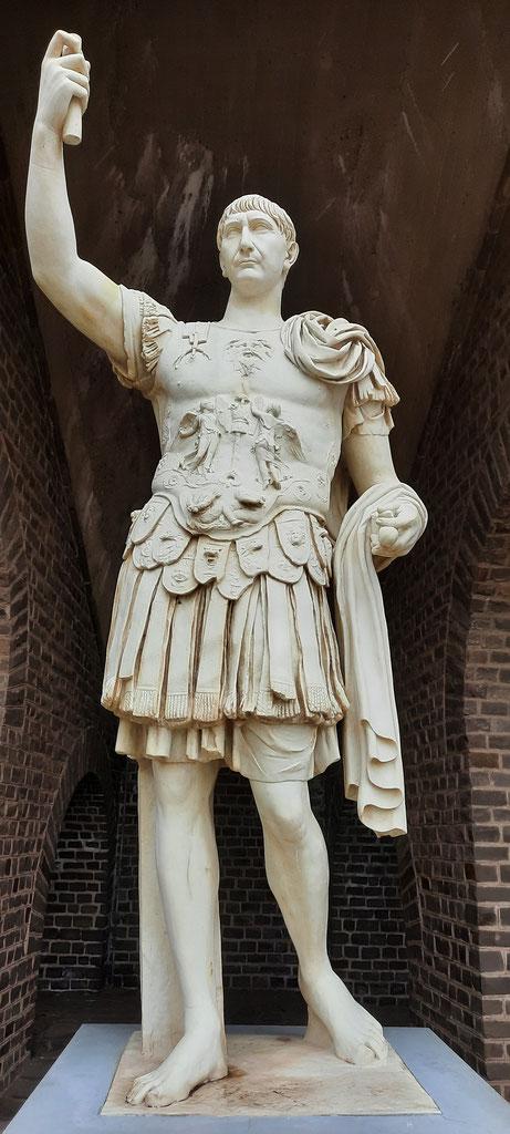 Kaiser Marcus Ulpius Traianus - Statue am Amphitheater Xanten