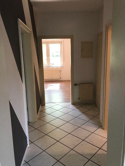 Diele mit Blick in Richtung Schlafzimmer (links Küche - rechts Bad)