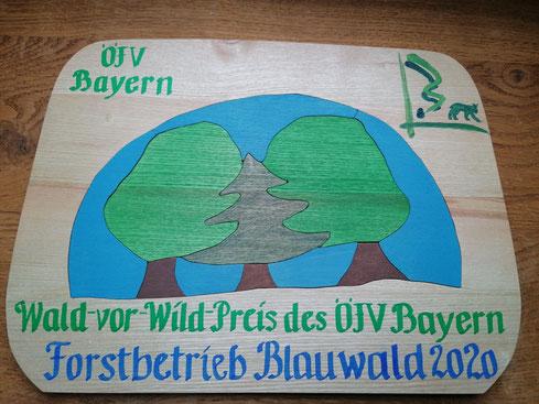 """Ein Holzpuzzle mit einem gemischten Wald und dem Luchs im Embleme des ÖJV -Bayern steht für """"Wald-vor-Wild""""."""