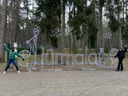 Isabell mit ihrer Freundin Trui im berühmten lettischen Badeort Jūrmala