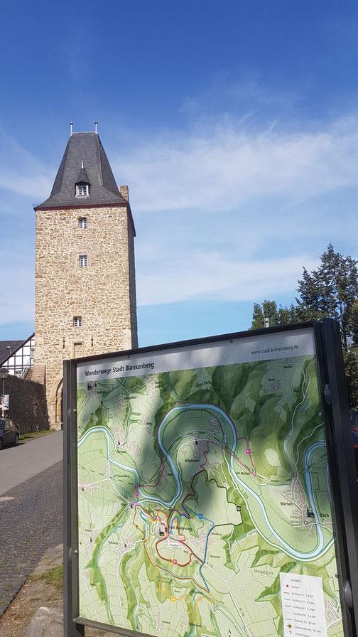 Am Katharinentor, große Wandertafeln, Karten und Wegweiser erleichtern den Einstieg und die Auswahl
