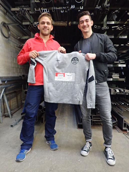 Roman Koller, Spieler des HCBN und Mitarbeiter bei Tobler, mit unserem Sponsoringverantwortlichen Pippo Ziehler