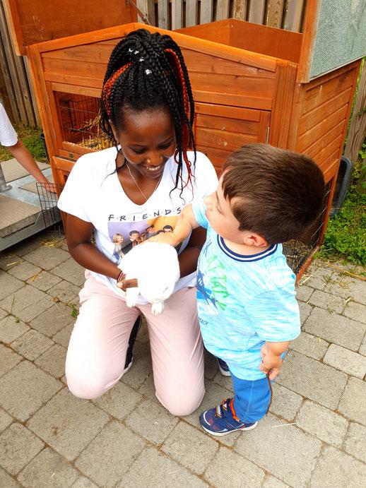 Bewohner des Kinderhauses Hannah mit Mitarbeiterin und dem weißen Kaninchen