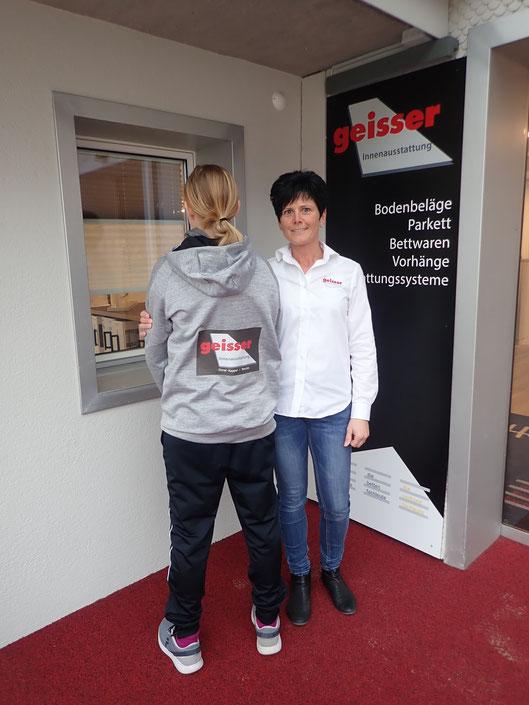 Geschäftsleiterin Rösli Geisser mit ihrer Tochter im neuen HCBN-Hoodie