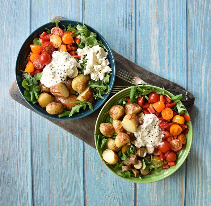 Backkartoffel Salat Bowl mit Paprika, grünem Salat, Tomaten, Dip, Kartoffeln, Feta oder Bratwürstchen