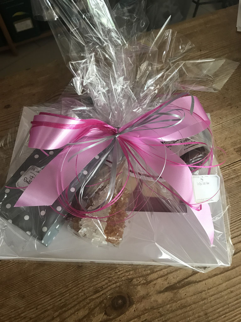 Geschenk .......handgeschöpfte Schokolade / saure Kirsche mit weisser Schokolade und Kirsch-Vannile-Tee mit Kansissticks
