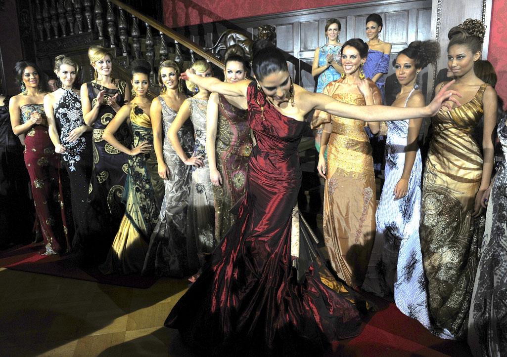 """Nanna Kuckuck Gala , Aids Gala, Fashionshow Schlosshotel Grunewald, Ich drapiere nach """"alter"""" Couture-Tradition die Kleider direkt an der Puppe."""