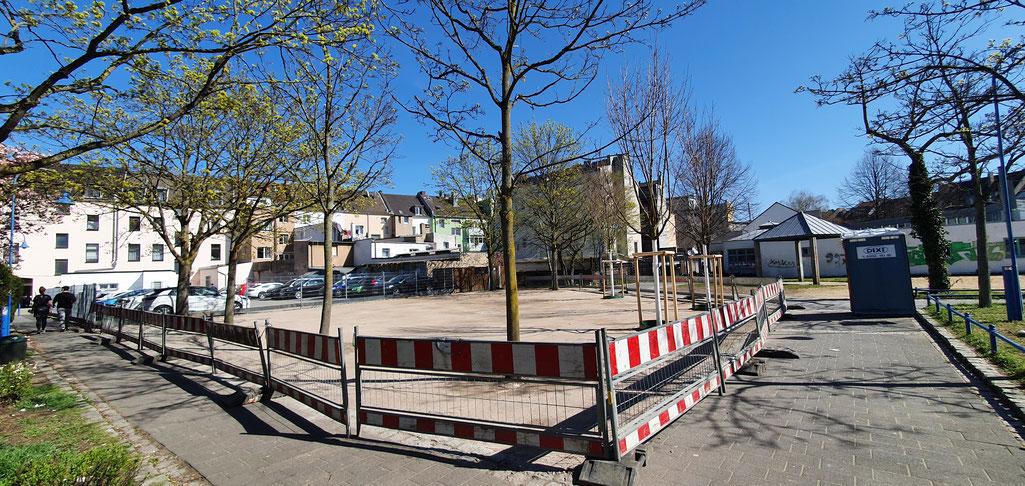 Der Platz mit hellem Belag und neuen Bäumen wird das Zentrum des Genovevahofes.