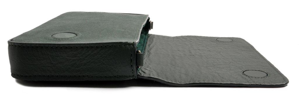 Drindltasche aus Leder . Crossovertasche . Clutch in grün . französiche Rosenstickerei Trachtentasche . OSTWALD Traditional Craft