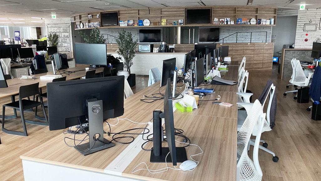 現在のオフィス。ほとんどの社員が在宅で仕事をしているためガランとしています