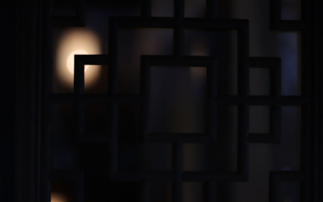 滋賀・長浜にある美容院「古の月宮」 古い納屋を改装し美しいシノワズリの世界を展開する 中国のランタンがぼんやりと月のように浮かぶ幻想的な風景
