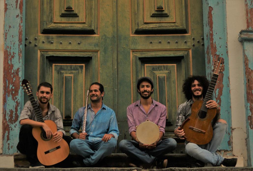 Da esquerda para a direita: Gabriel Tasso (violão de seis cordas); Evandro Archanjo (flauta); Rafael Oliveira (pandeiro); e Álvaro Maia (violão de sete cordas).