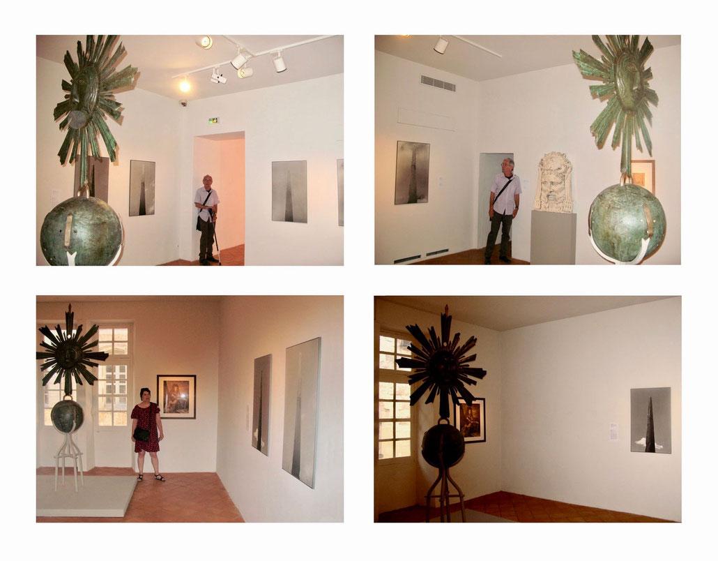"""Musée Rattu - 2017 - salle de l'obélisque avec sa """"coiffe royale"""" /sculpture en bronze du XVIIème au centre et les photogr. de Y.HEDEL sur les murs"""