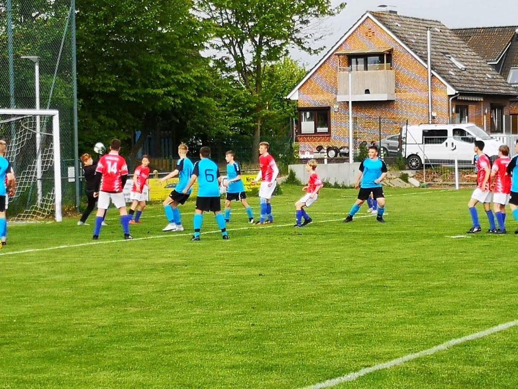 Die C I der SG JSG Fehmarn/SV Großenbrode (blaue Trikots) besiegte die JSG Ostholstein mit 5:0. Foto privat