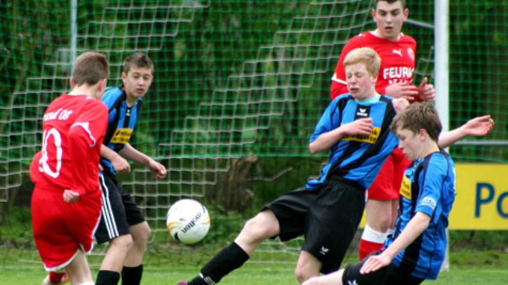 Gleich drei Fehmaraner schmeißen sich in den Schuss des Timmendorfer Spielmachers. Eine ganz starke JSG C-Jugend bezwingt den Tabellenzweiten mit 3:0.© Heiko Witt/F24