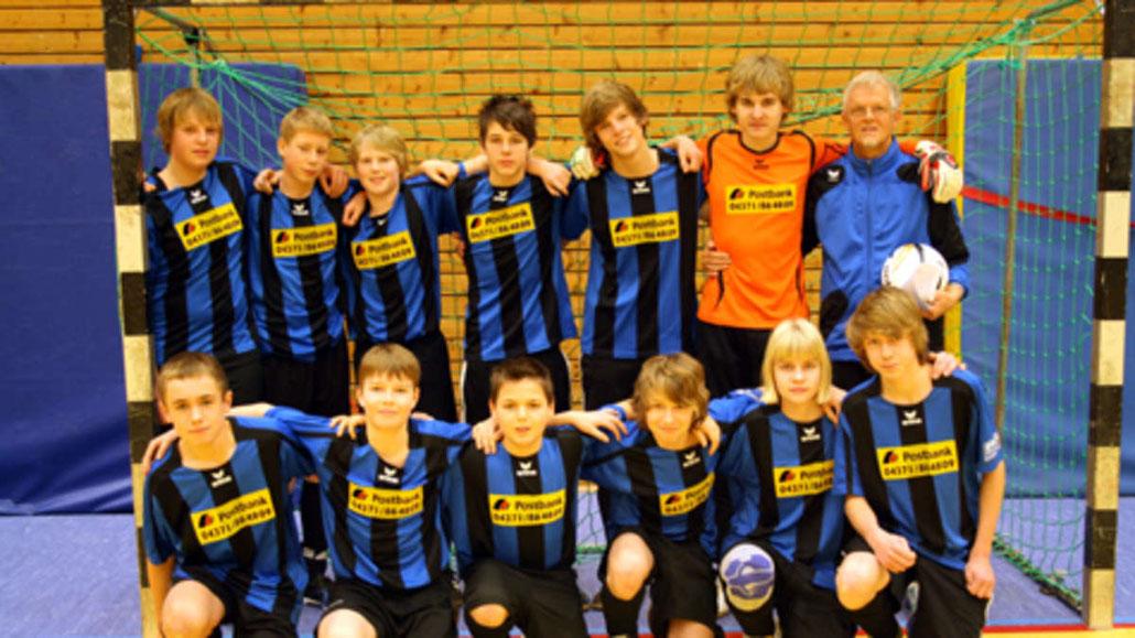 Die C-Junioren der JSG Fehmarn wurden hinter dem Oldenburger SV Vizemeister im Futsal. Bereits bei den A-Junioren hatte der OSV die Nase vorn (wir berichteten).  Die JSG spielte ein starkes Turnier und konnte dem OSV in einem spannenden Spiel ein 1:1 abtr