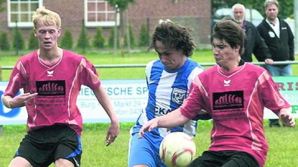 JSG-Torschütze Thore Hünicke (l.), TSV-Verteidiger René Lange und Hendrik Möller im Kampf um den Ball. ·