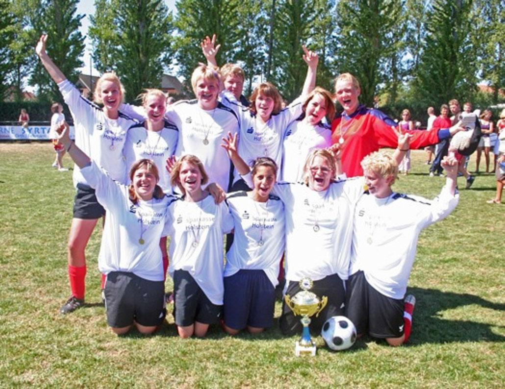 Die Mädchen holten 2008 den Pokal. Damals gab es noch keine SG, das Team startete für den SV Fehmarn.