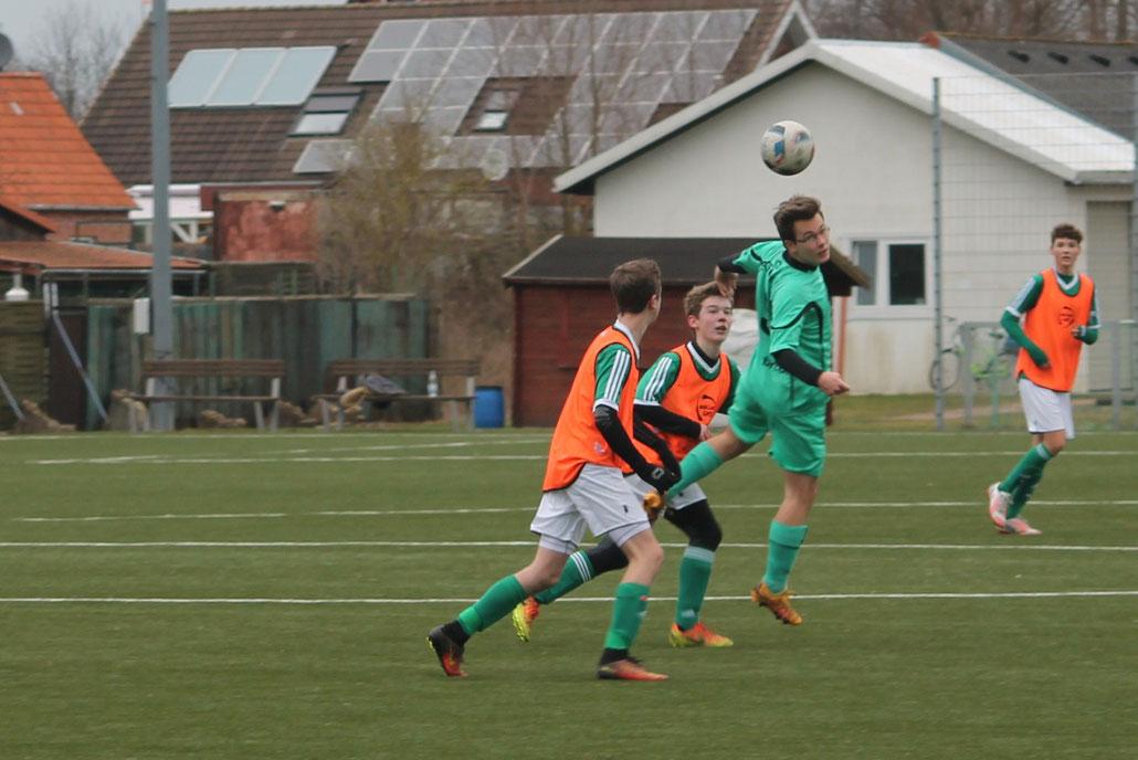Pascal Schmahl von der B II gewinnt hier gegen Tjelk Jacob und Tim Sonder (im Hintergrund Enéias Kardel). Das Spiel ging aber mit 9:1 an die Erste.