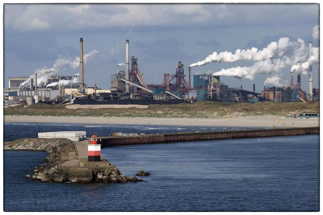 TATA-Stahlwerk im Hafen von Ijmuiden