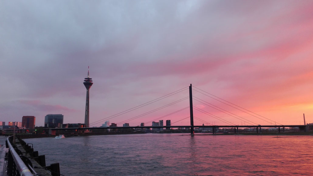 Düsseldorf Medienhafen Rheinpromenade