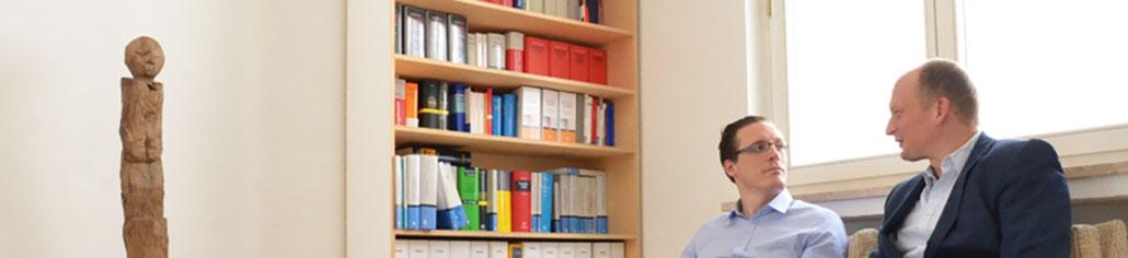 Rechtsanwälte Hattig und Dr. Leupolt in ihrer Kanzlei in Köln