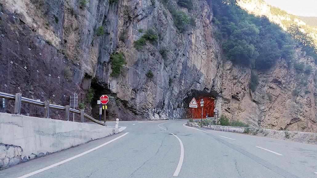 Abzweigung Route des Grandes Alpes in Richtung Süd nach Saint-Sauveur-sur-Tinée © Pässe.Info