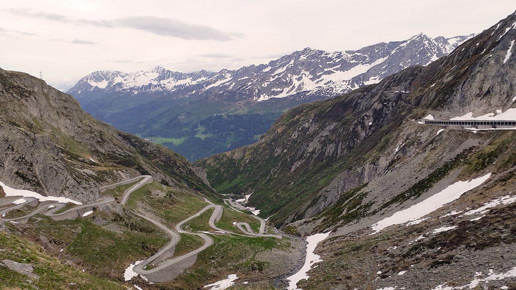 Gotthard-Pass Tremola und neue Strasse © Pässe.Info