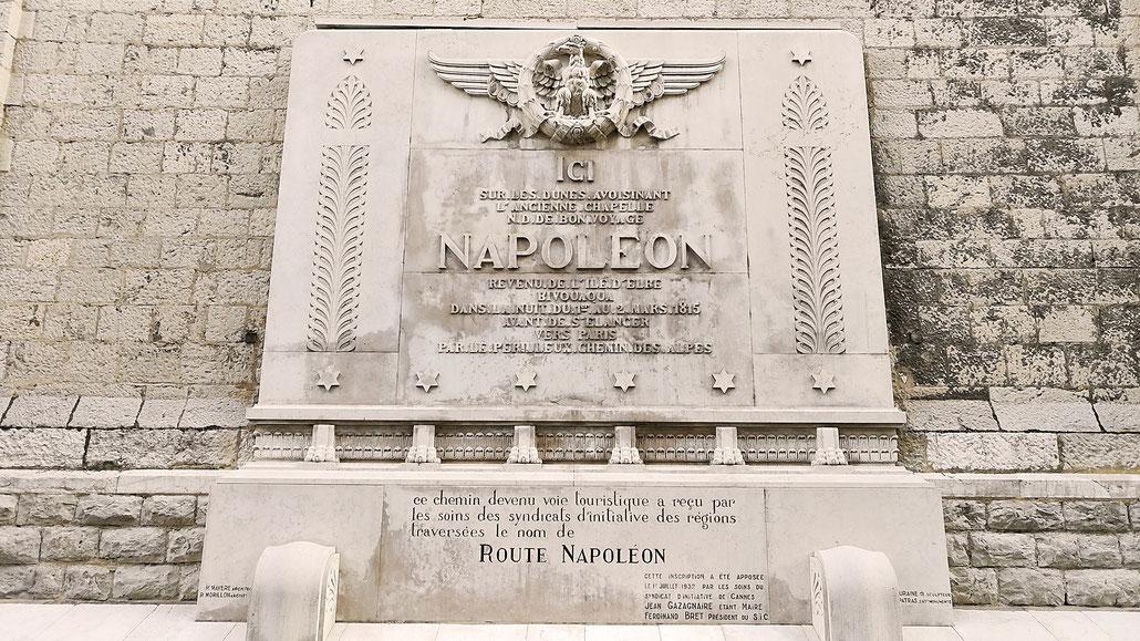 Église Notre Dame de Bon Voyage in Cannes mit Gedenktafel Route Napoleon (frz. Route Napoléon) © Pässe.Info