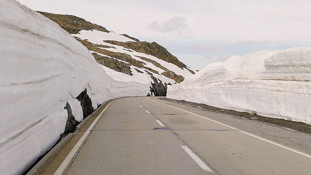 Schneewände Nufenenpass © Pässe.Info