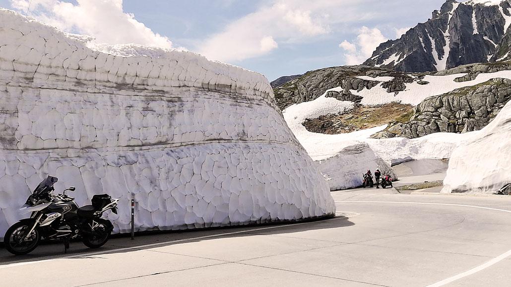Hohe Schneemauern am Gotthard-Pass kurz nach der Passöffnung © Pässe.Info