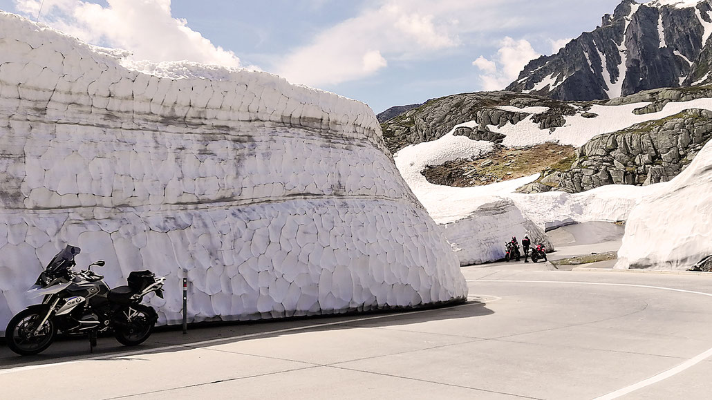Hohe Schneemauern am Gotthardpass kurz nach der Passöffnung © Pässe.Info