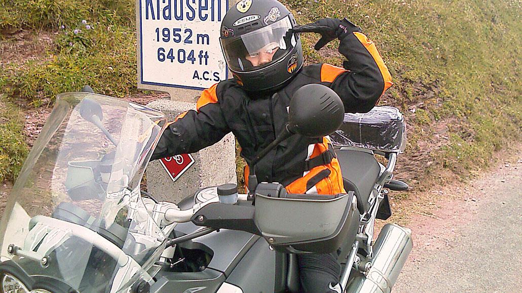 Zehnjähriger mit Motorrad auf Klausenpass © Pässe.Info