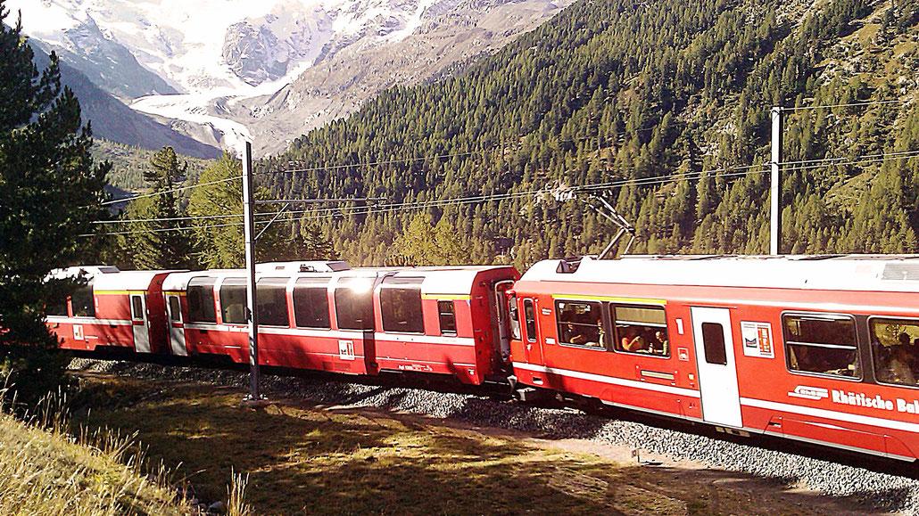 Bernina-Express und Morteratschgletscher © Pässe.Info