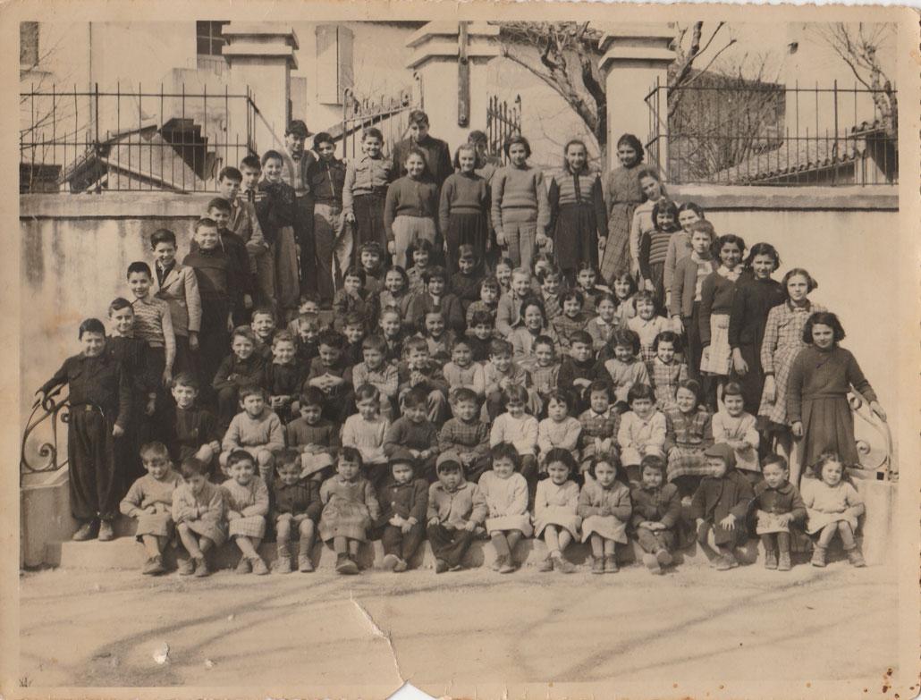 Les écoliers sur l'escalier en 1957 (Coll. Genvève Lanat)