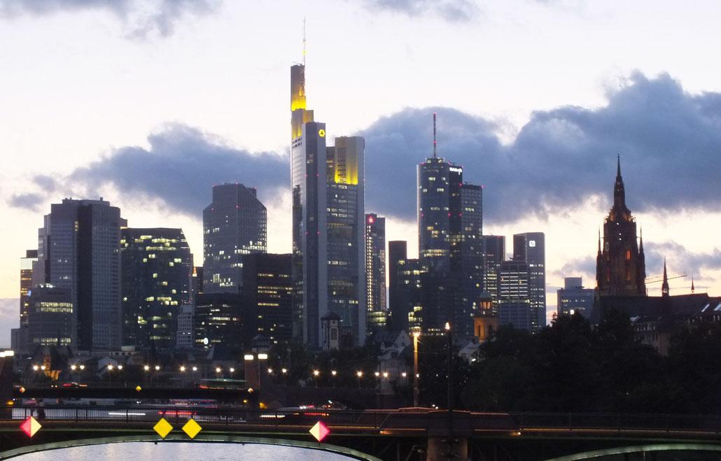 Dämmerung, Blick von der Flößerbrücke auf die Skyline von Frankfurt am Main, 02.09.2015