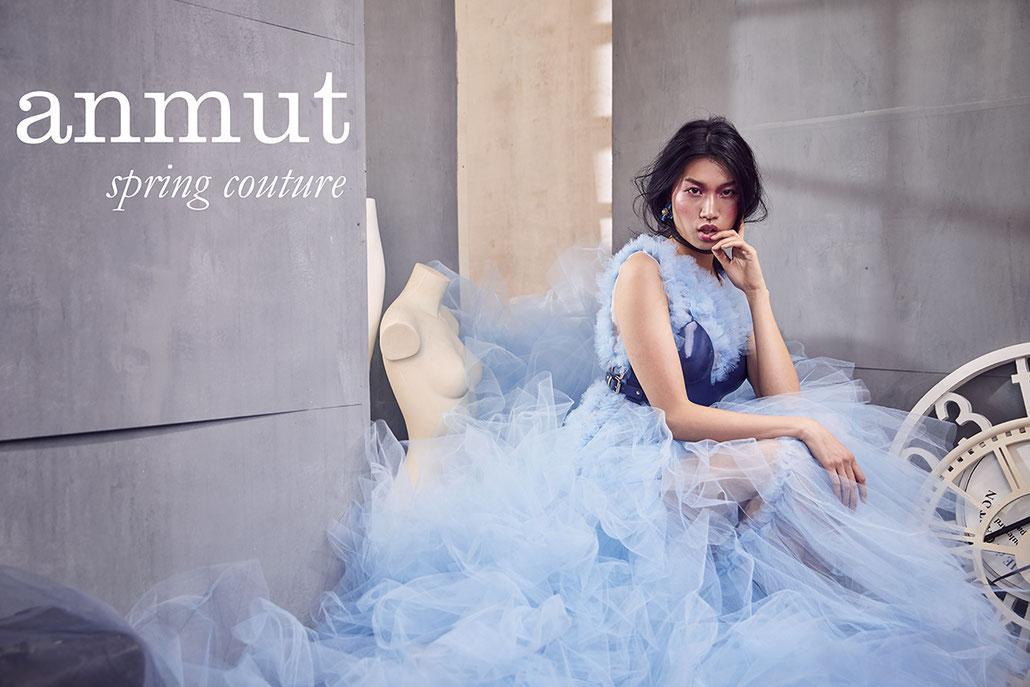 Asiatisches Model Jen trägt ein Kleid von Valentina Braun Couture aus Tüll, fotografiert von der Modefotografin Yvonne Sophie Thöne in Berlin
