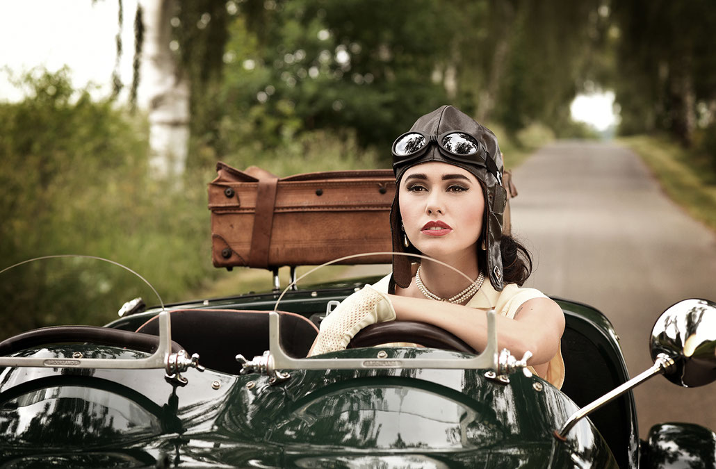 The Lady - Model im Lomax Oldtimer - Werbefotografie im Vintage Stil - Retro Commercial