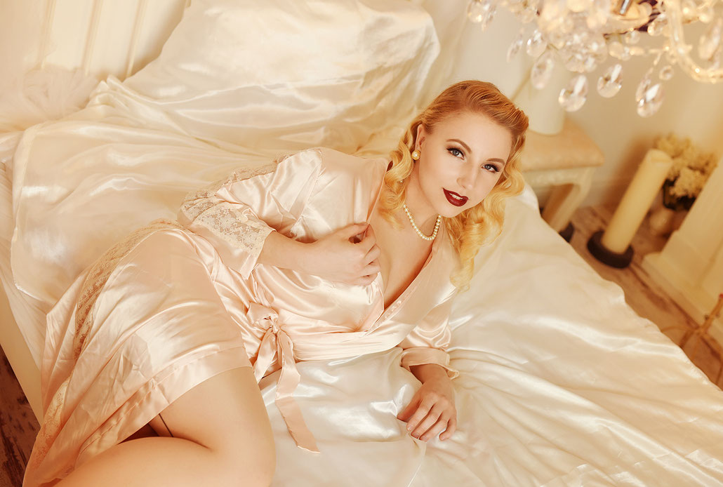 Boudoir Photography in Kassel and Berlin - Pin-Up Model on a bed, photographed by Yvonne Sophie Thöne